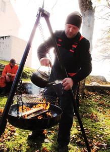 Kaffilars  holder arbeidsgleden varm en kjølig dugnadsdag på Leirvik fyr. -- by Heidi Eikremsvik