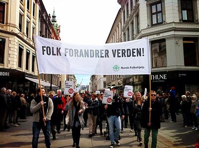 Norsk Folkehjelp og Oslos borgere i 1.mai toget mener at Folk Forandrer Verden. -- by Christian Valsvik
