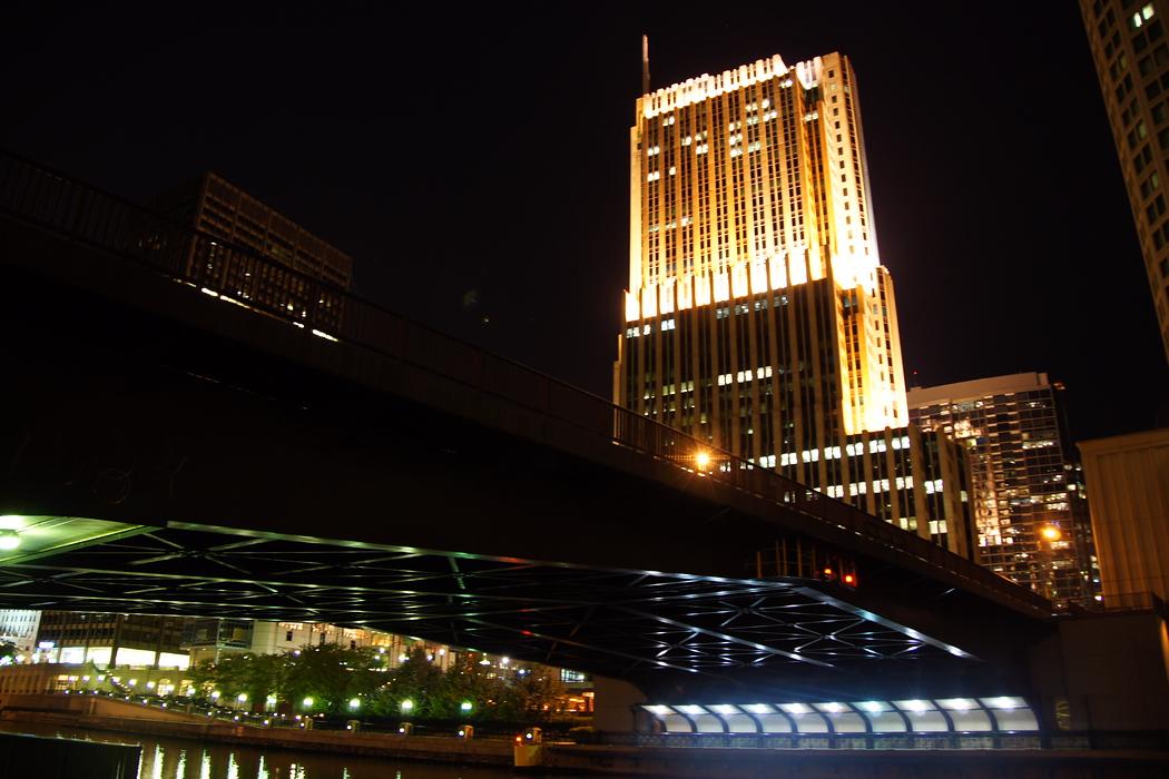 https://nomadicsamuel.com/destinations/chicago-at-night-photo-essay : A view of a bridge not far away from Millennium Park.