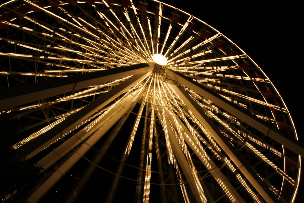 http://nomadicsamuel.com/destinations/chicago-at-night-photo-essay : A night view of the Observation Wheel found at Navy Pier.