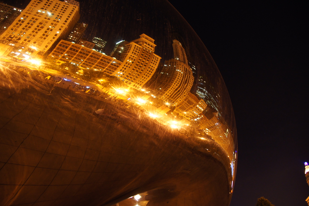 https://nomadicsamuel.com/destinations/chicago-at-night-photo-essay : From this perspective one can see some impressive buildings reflected by the beam.