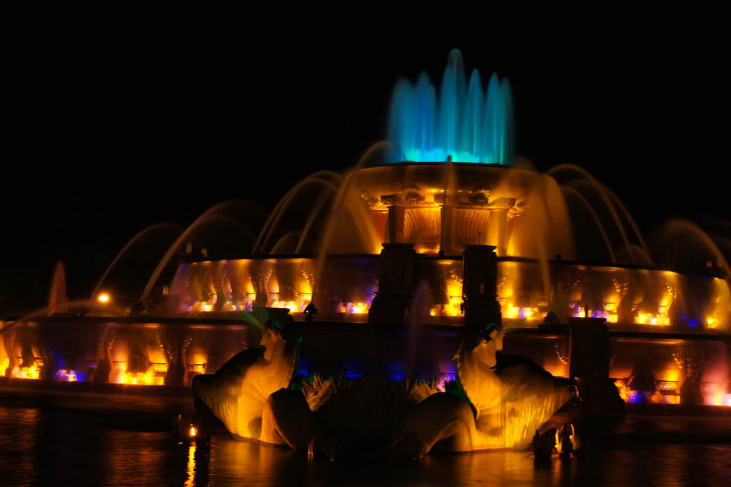 http://nomadicsamuel.com/destinations/chicago-at-night-photo-essay : This is another view from the Buckingham Fountain.