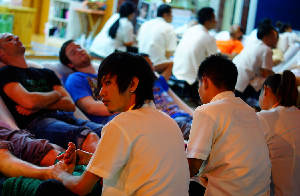 http://nomadicsamuel.com : A cluster of farang (Thai word meaning foreigner) treat themselves to a comforting foot massage.