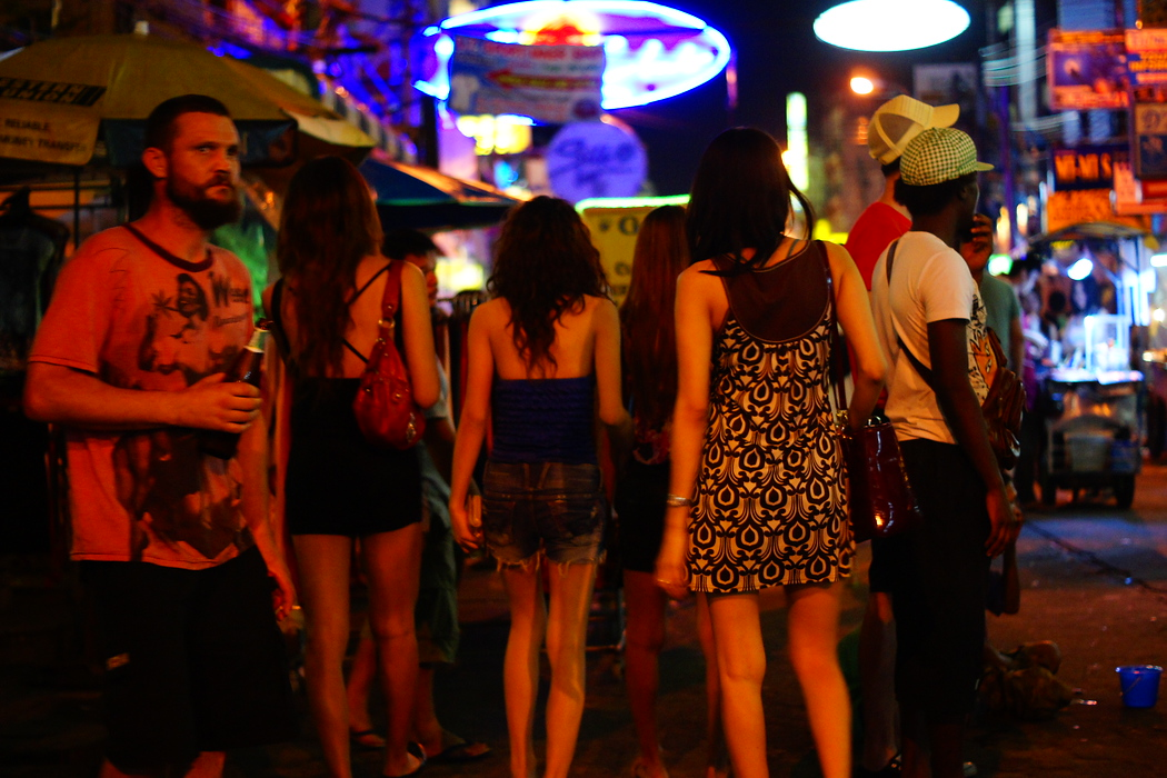 http://nomadicsamuel.com : A Thai crowd heads down Khao San road.