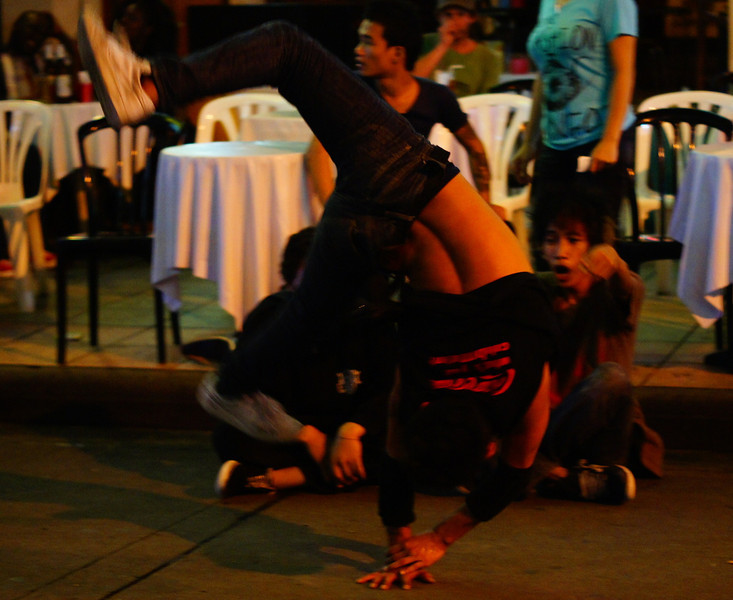 """<a href=""""http://nomadicsamuel.com"""">http://nomadicsamuel.com</a> : The same performer transitioning into another move."""