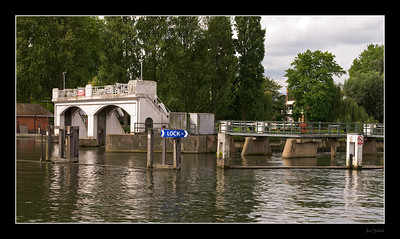 Teddington Lock, Thames path between Kingston and Richmond