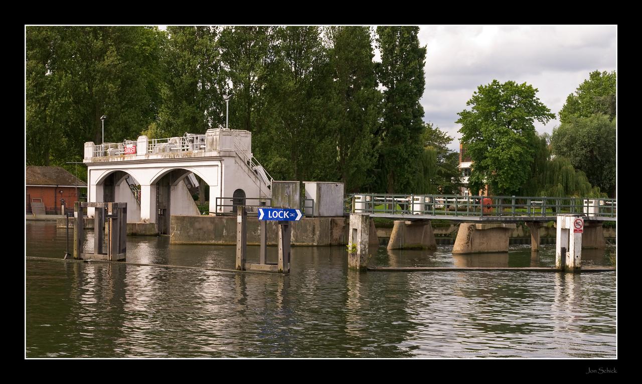Teddington Lock, Thames path between Kingston and Richmond