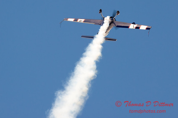 607 - Michael Vaknin in his Extra 300 perform at Wings over Waukegan 2012