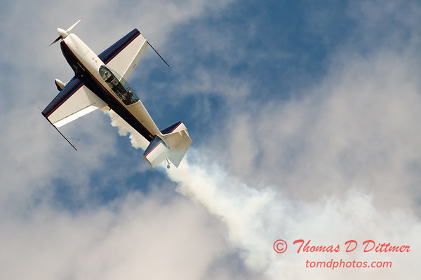 663 - Michael Vaknin in his Extra 300 performs at Wings over Waukegan 2012