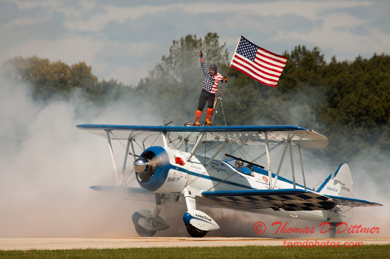 1072 - Wingwalker Tony Kazian and Dave Dacy perform at Wings over Waukegan 2012