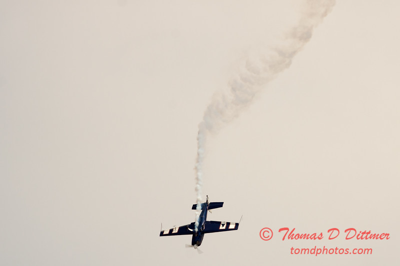 513 - Michael Vaknin in his Extra 300 perform at Wings over Waukegan 2012