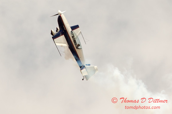 658 - Michael Vaknin in his Extra 300 performs at Wings over Waukegan 2012