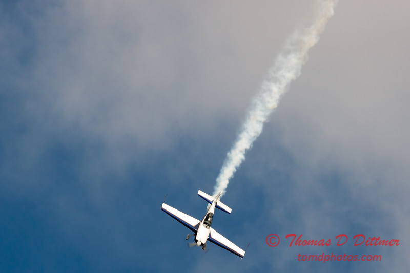 515 - Michael Vaknin in his Extra 300 perform at Wings over Waukegan 2012
