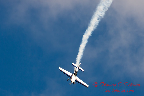 516 - Michael Vaknin in his Extra 300 perform at Wings over Waukegan 2012