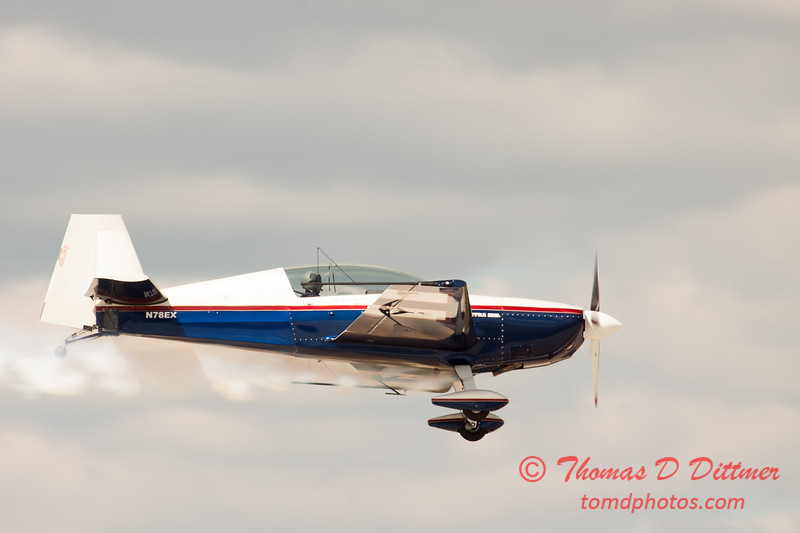 576 - Michael Vaknin in his Extra 300 perform at Wings over Waukegan 2012