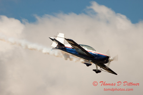 574 - Michael Vaknin in his Extra 300 perform at Wings over Waukegan 2012