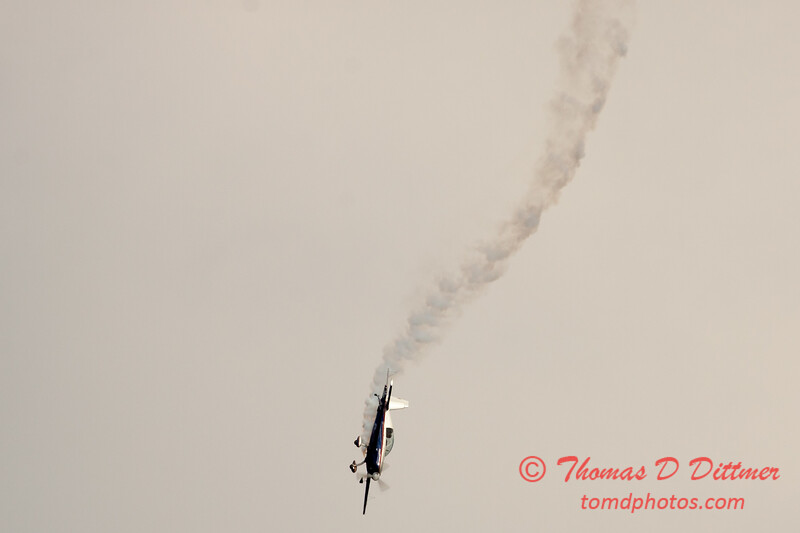 512 - Michael Vaknin in his Extra 300 perform at Wings over Waukegan 2012