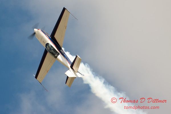 497 - Michael Vaknin in his Extra 300 perform at Wings over Waukegan 2012