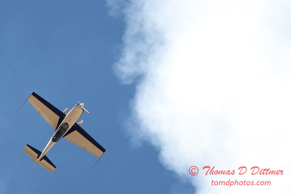 559 - Michael Vaknin in his Extra 300 perform at Wings over Waukegan 2012