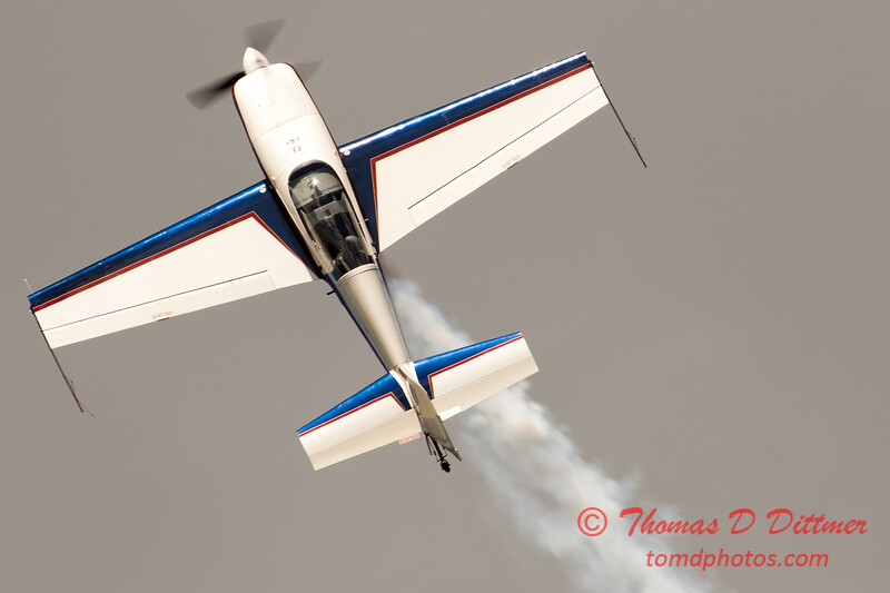 572 - Michael Vaknin in his Extra 300 perform at Wings over Waukegan 2012