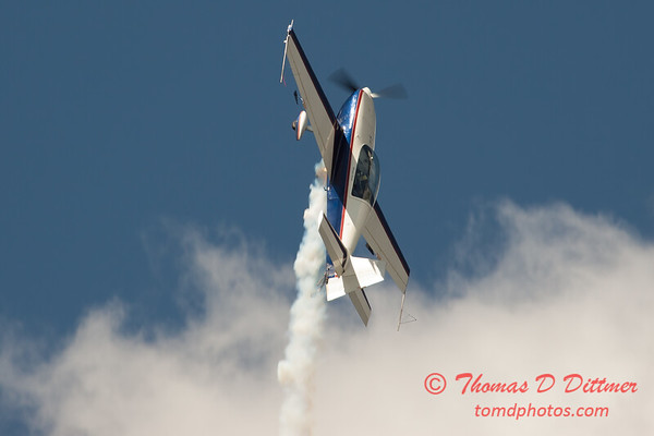 543 - Michael Vaknin in his Extra 300 perform at Wings over Waukegan 2012