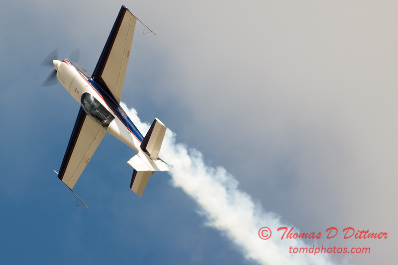 499 - Michael Vaknin in his Extra 300 perform at Wings over Waukegan 2012