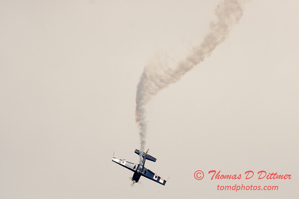 511 - Michael Vaknin in his Extra 300 perform at Wings over Waukegan 2012