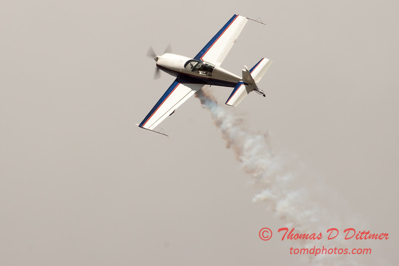 628 - Michael Vaknin in his Extra 300 performs at Wings over Waukegan 2012