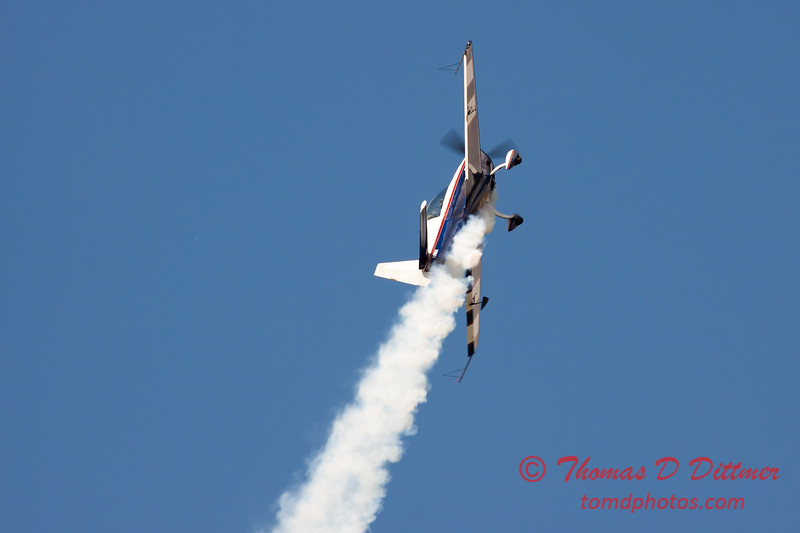 605 - Michael Vaknin in his Extra 300 perform at Wings over Waukegan 2012