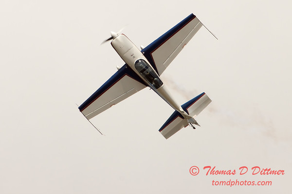 672 - Michael Vaknin in his Extra 300 performs at Wings over Waukegan 2012