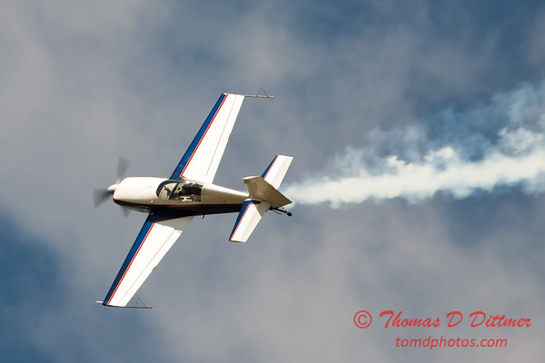 676 - Michael Vaknin in his Extra 300 performs at Wings over Waukegan 2012