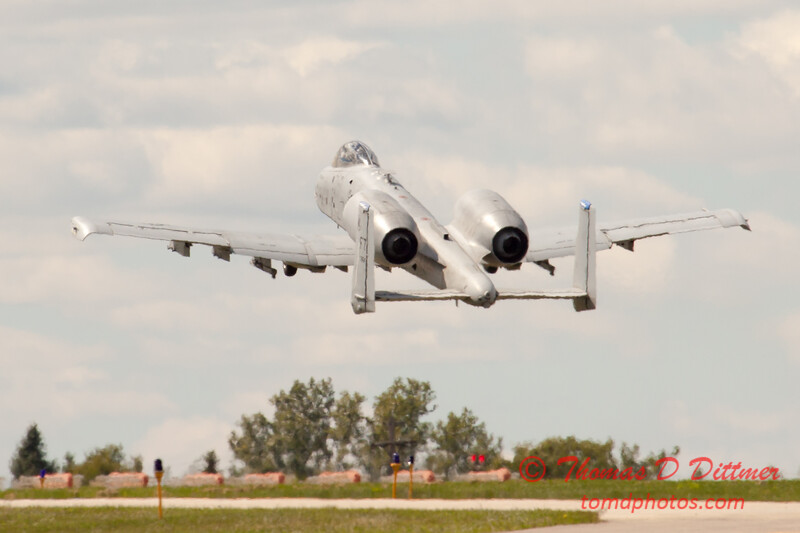 688 - A-10 East performs at Wings over Waukegan 2012