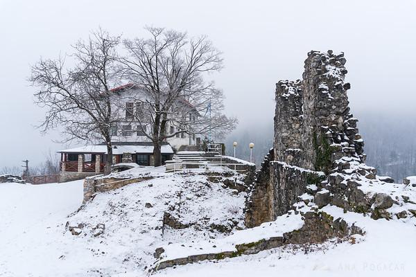Stari grad in snow