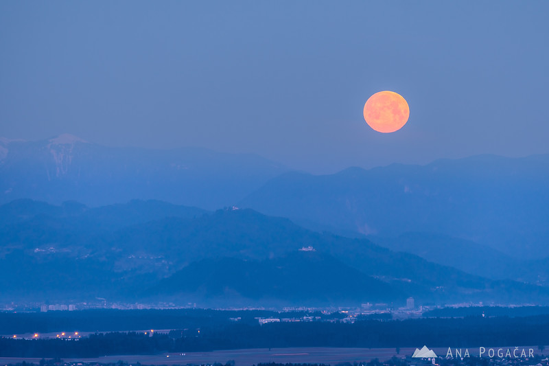 Moonset and sunrise from Stari grad - Mar 12, 2017