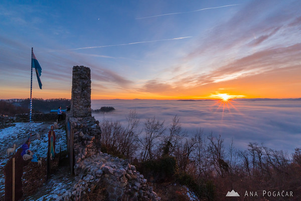 Last sunrays above the sea of fog from Stari grad