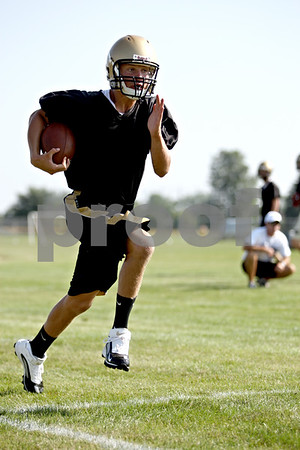 Rob Winner – rwinner@daily-chronicle.com<br /> Ryan Bartels sprints down the sideline during a drill at the first day of practice at Sycamore High School.<br /> 08/12/2009