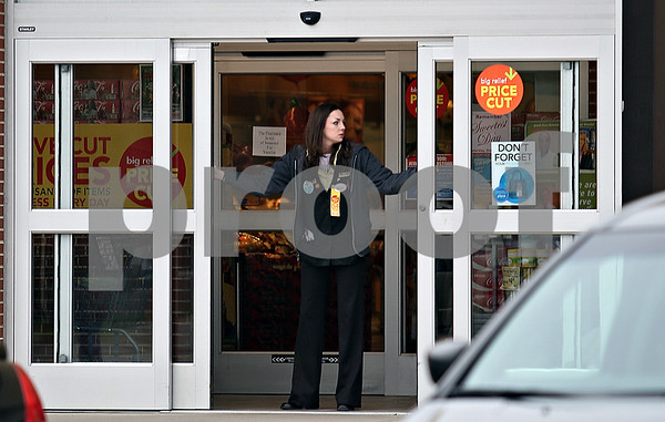 Beck Diefenbach  -  bdiefenbach@daily-chronicle.com<br /> <br /> A Jewel-Osco employee closes a set of sliding doors at the grocery store in DeKalb, Ill., following an armed robbery at the TCF Bank inside on Monday Oct. 12, 2009.