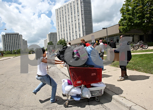 "Beck Diefenbach  -  bdiefenbach@daily-chronicle.com<br /> <br /> Northern Illinois freshman Kenanna Brown struggles to control a cart full of her belongings during ""move-in day"" at the University on Thursday Aug. 20, 2009."