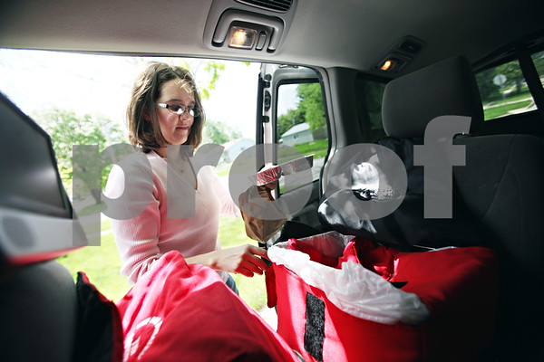 Beck Diefenbach  -  bdiefenbach@daily-chronicle.com<br /> <br /> Assistant Meals on Wheels Coordinator Colleen Bredeson picks out a hot and cold meal from her bags before delivering them on her route in DeKalb, Ill., on Monday May 18, 2009.