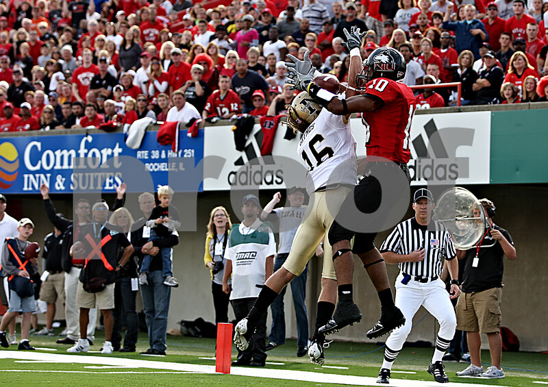 Rob Winner – rwinner@daily-chronicle.com<br /> Idaho's Aaron Grymes (left) tries to break up a touchdown pass intended for Willie Clark. Clark was able to hang on for NIU's first touchdown during the second quarter. NIU was defeated by Idaho 34-31 on Saturday.<br /> 09/26/2009