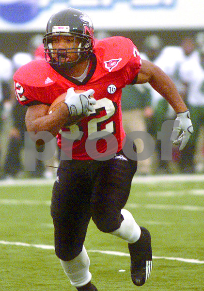 Chronicle photo HOLLY LUNDH<br /> Northern Illinois' Michael Turner (32) rushes with the ball to defeat Eastern Michigan 38-24 at Huskie Stadium in DeKalb, Ill., on Nov. 22, 2003