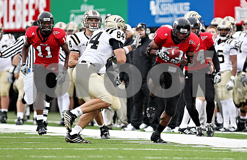 Rob Winner – rwinner@daily-chronicle.com<br /> Punt returner Tommy Davis tip toes along the side lines during a return in the third quarter. Northern Illinois went on to defeat Western Michigan 38-3 on Saturday.<br /> 10/03/2009