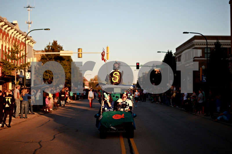 Beck Diefenbach – bdiefenbach@daily-chronicle.com<br /> <br /> A float in the Sycamore Homecoming parade travels down State Street in Sycamore, Ill., on Wednesday September 29, 2010.