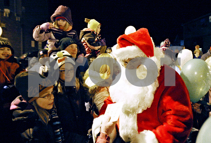 Rob Winner – rwinner@daily-chronicle.com<br /> <br /> Santa Claus receives a letter from a child while at the Midwest Museum of Natural History in Sycamore on Friday night.