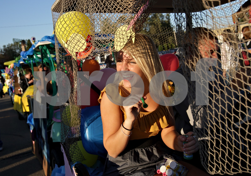 Beck Diefenbach – bdiefenbach@daily-chronicle.com<br /> <br /> Sycamore High School senior Teal Anderson laughs while attempting to blow bubbles out of her float before the start of the Sycamore Homecoming parade in Sycamore, Ill., on Wednesday September 29, 2010.