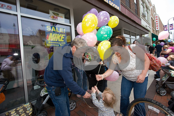 "Curtis Clegg - cclegg@shawsuburban.com<br /> <br /> Ken Weinstock, owner of the Blue Moon Balloon Company in downton DeKalb, hands out balloons to mothers and their children during a ""nurse in"" in front of the No Strings Attached resale shop, also in downtown DeKalb on Thursday, June 2, 2011.  ""I'm here in support of the women and babies - they should be able to breast feed anywhere they need to breast feed,"" Weinstock said.  Also pictured is Erin Gilman of Willowbrook (right) and her son Liam, 2."