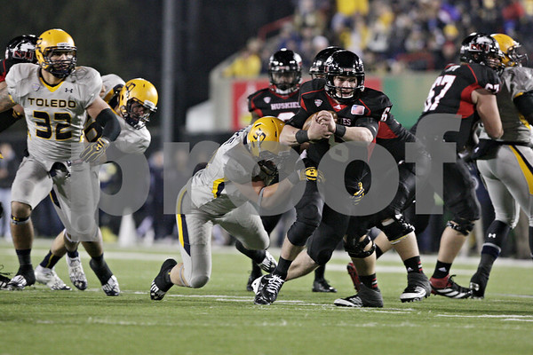 Rob Winner – rwinner@shawmedia.com<br /> <br /> Northern Illinois quarterback Jordan Lynch (6) carries the ball for a 5-yard gain during the third quarter in DeKalb, Ill., Wednesday, Nov. 14, 2012. NIU defeated Toledo, 31-24.