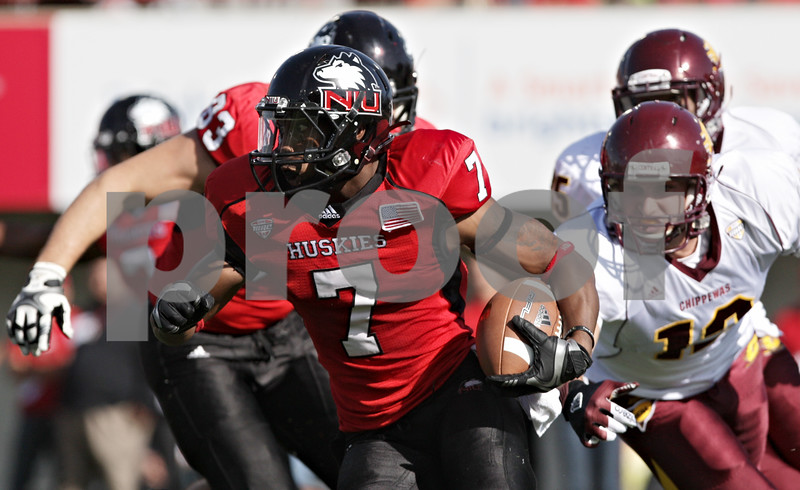 Rob Winner – rwinner@shawmedia.com<br /> <br /> Northern Illinois' Perez Ashford (7) carries the ball during a kickoff in the first quarter at Huskie Stadium in DeKalb, Ill., Saturday, Sept. 29, 2012. Northern Illinois defeated Central Michigan, 55-24.
