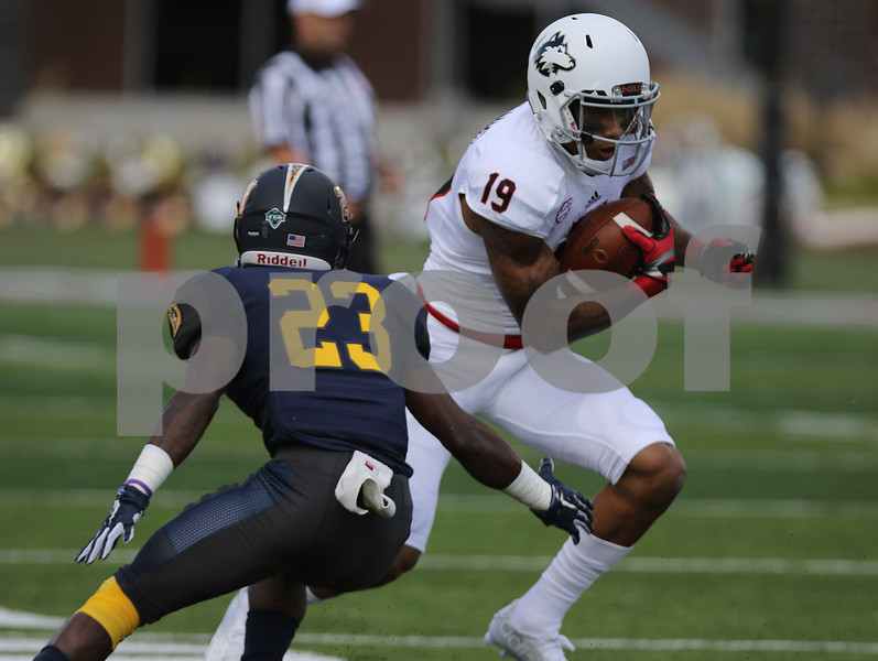 dspts_0914_niu_murray_fball10.jpg
