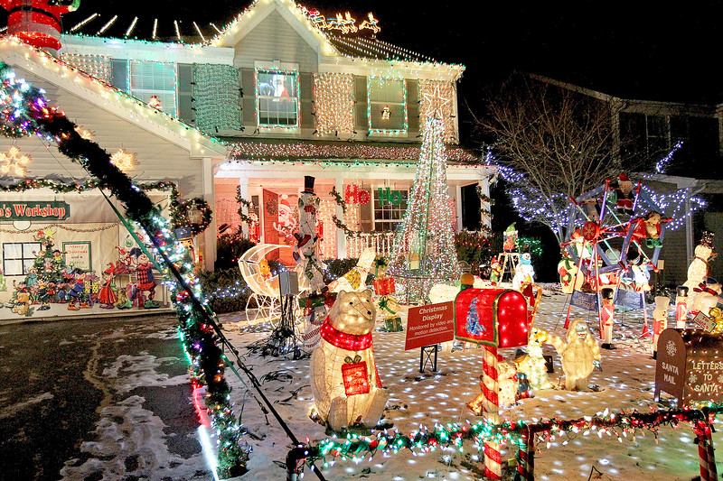 """Candace H. Johnson-For Shaw Media The Herzog """"Christmas House"""" in Round Lake.(12/15/17)"""